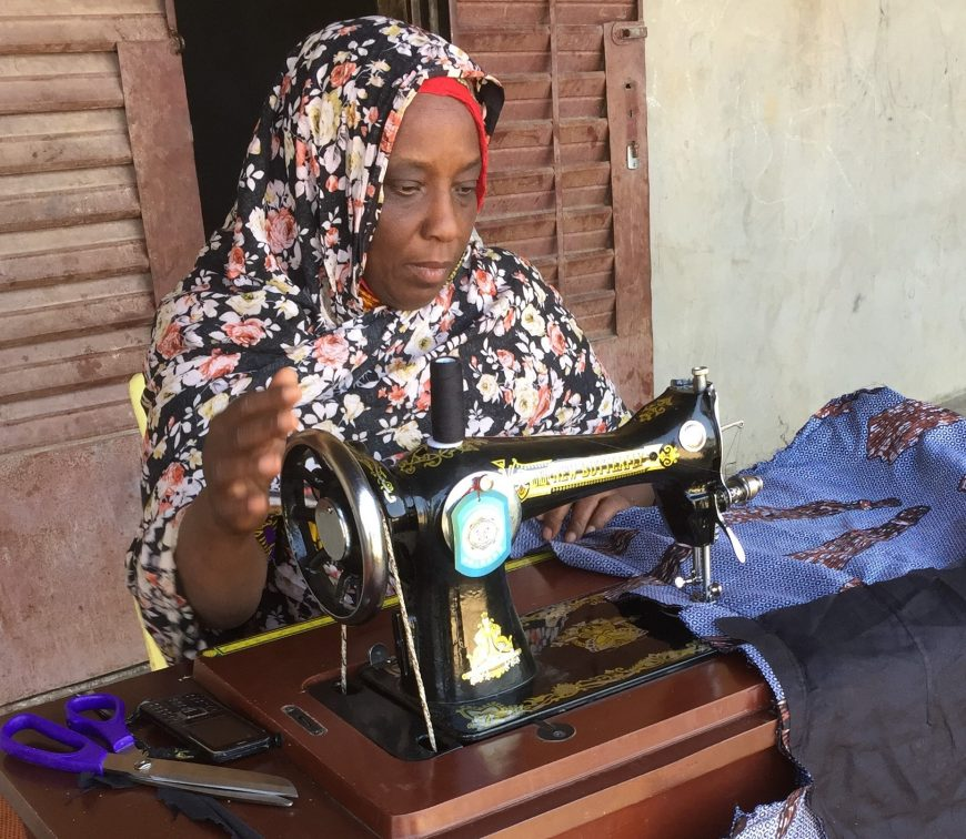 Une femme a pu relancer son activité de couturière à son domicile, grâce au soutien d'ACTED