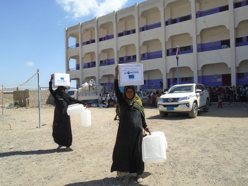 Distributing Cholera Kits in Al-Swaida shelter